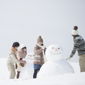 雪だるまを作る大学生