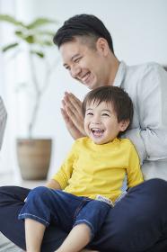 笑顔の息子と拍手をする父親