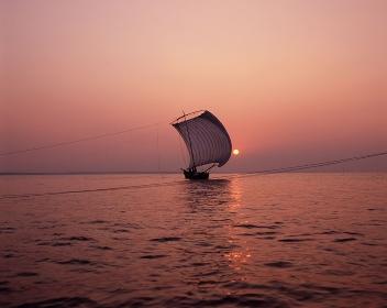 帆引き船 夕景