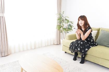 自宅でテレビを見る女性