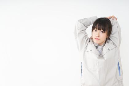仕事をする作業服姿の女性