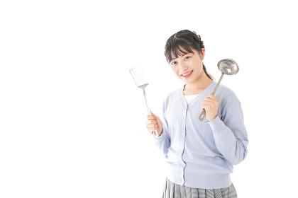 調理をする若い女性