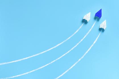 急上昇する3機の紙飛行機 2