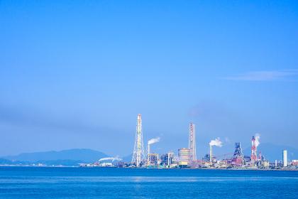 夏の洞海湾を望む北九州工業地帯