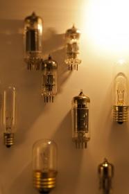 真空管と電球イメージ