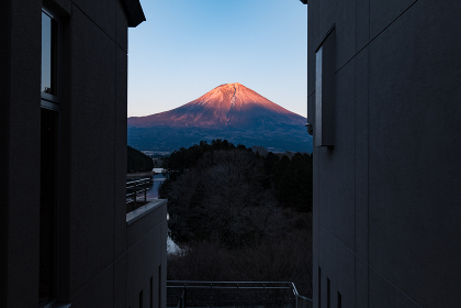 冬の夕暮れの富士山と田貫湖の風景 1月