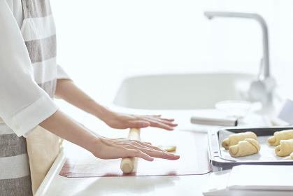 パン生地を伸ばす女性の手元