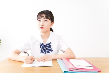 勉強をする若い女子学生