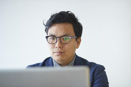 仕事中の日本人ビジネスマン