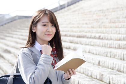 受験勉強対策に自信をもって階段を登る女子高校生
