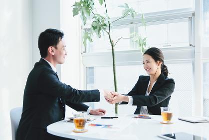 ビジネスイメージ・握手・男性と女性