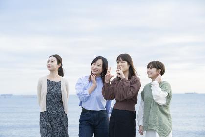 遠くの景色を見つめる女性たち