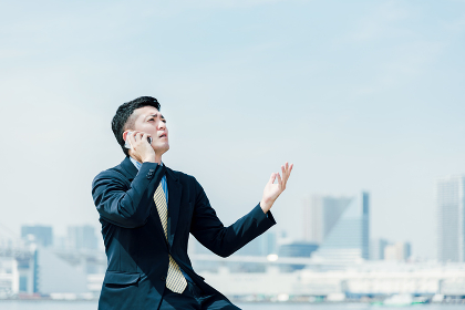 電話する男性・ビジネスイメージ・説得