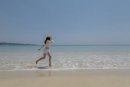 波打ち際を走る日本人女性