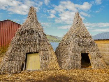 ペルー・チチカカ湖の浮島ウロス島にて葦トトラでできた2つの家