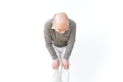 膝の痛みに苦しむシニア男性