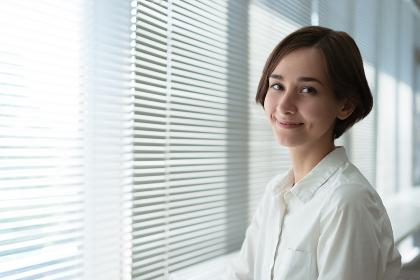 ショートヘアーの笑顔の女性