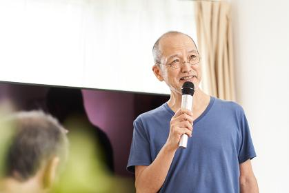 介護施設のカラオケルームで歌う高齢者