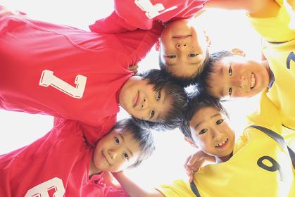 円陣を組むサッカー少年たち
