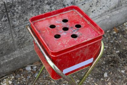 赤色の屋外用灰皿が設置された簡易喫煙所 6740