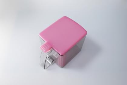 ピンクの空のプラスチック容器