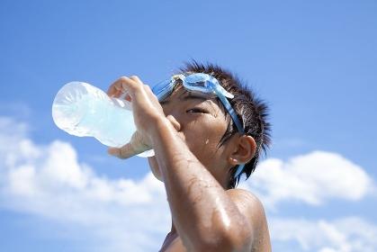 水分補給の男の子