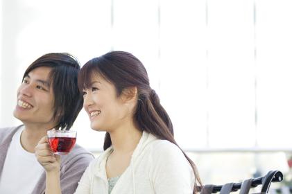 ティーを飲む女性と男性