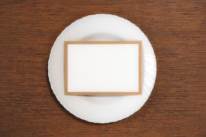 テーブルに置かれた白い皿とカード 1