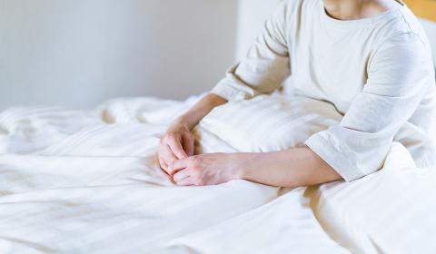 寝苦しくて夏の早朝に目が覚め寝不足で疲労を感じる中年女性【ライフスタイル】