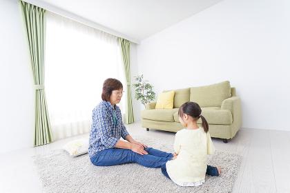 おばあちゃんと部屋で遊ぶ子供