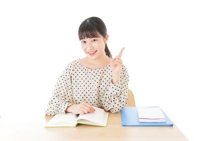 机で勉強をする若い女性