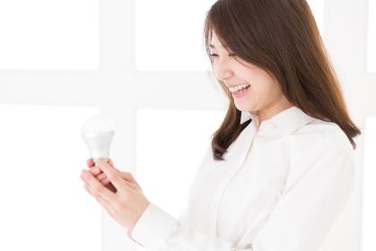 LED電球を持つ女性