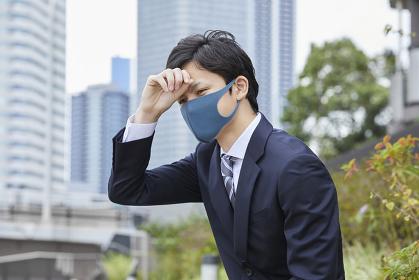 カラーマスクをつけた日本人ビジネスマン