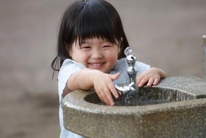 水を出す女の子