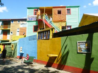 アルゼンチン・ブエノスアイレスにてボカ地区カミニートのカラフルな通り