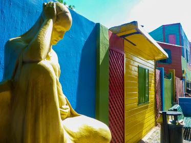 アルゼンチン・ブエノスアイレスにてボカ地区カミニートのカラフルな通りとマリア像