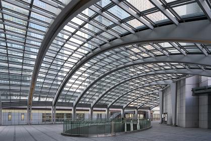 汐留駅付近のガラス屋根の建物(超広角)