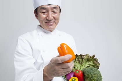 野菜を持つ調理師