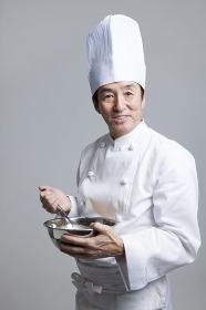 玉子をかき混ぜる調理師