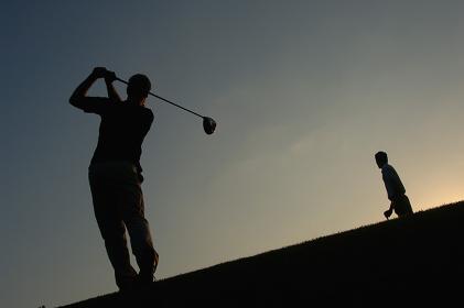 ゴルフをする男性のシルエット