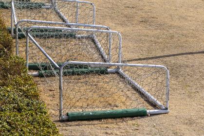 グラウンドの隅に片づけられたサッカーゴール