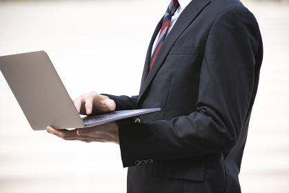 ノートPCを持つビジネスマン
