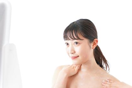 肌にクリームを塗る若い女性