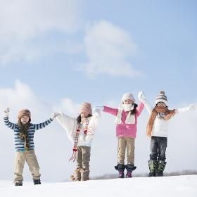 雪原に並ぶ小学生