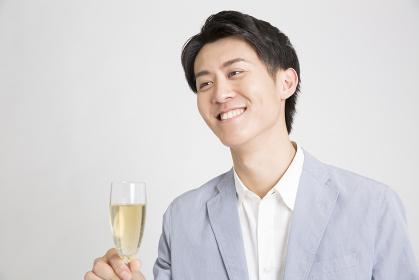 シャンパングラスを持つ男性