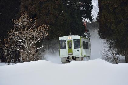 雪中を力行する米坂線