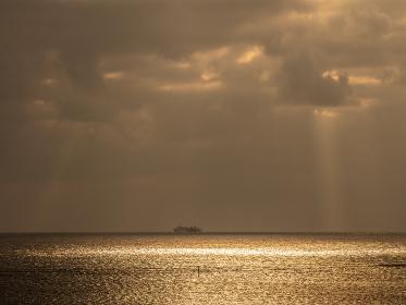 水平線を進む船と光