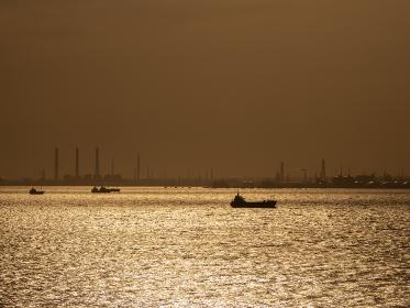 青空広がる早朝の東京湾の風景
