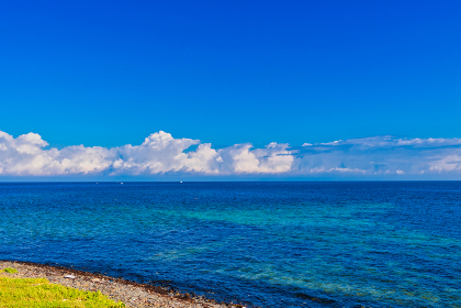 夏の青空と綺麗な海の角島灯台公園(山口県)