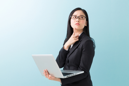 パソコンを見る女性 ビジネス 考える